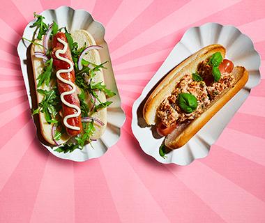 Hotdogs met geitenkaas, basilicum en tomaatjes