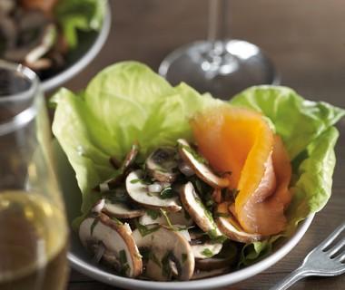 Salade van champignons en verse kruiden