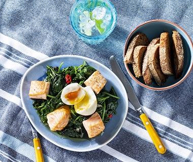 Gebakken spinazie met ei, krokante zalmchunks en knoflookcroutons