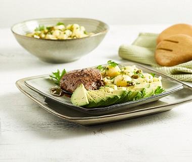 Warme aardappelsalade met avocado en biefstuk
