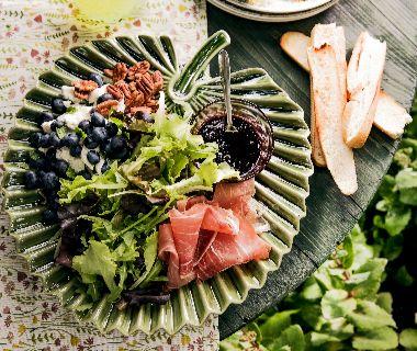 Salade met blauwe bes en bramendressing