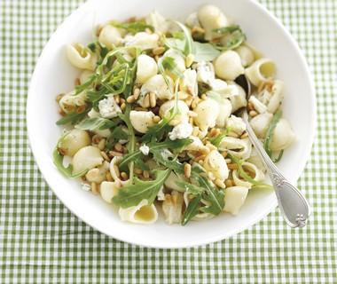 Pastaschelpjes met gorgonzola, pijnboompitten en rucola