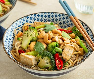 Noedels met gewokte broccoli en tofu