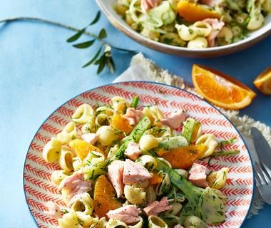 Lauwwarme pastasalade met venkel, sinaasappel en zalm