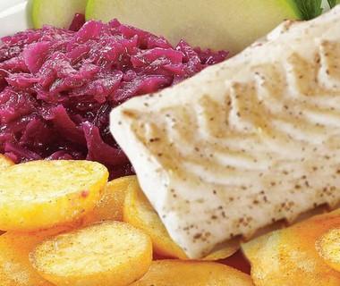 Aardappelblokjes met rode kool en koolvisfilet