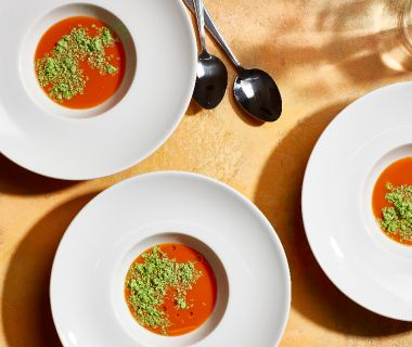 Tomatenbouillon met basilicum-yoghurtijs