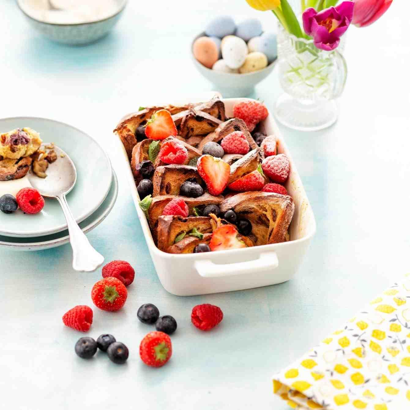 Wentelteefjesschotel van krentenbrood met fruit en kwark