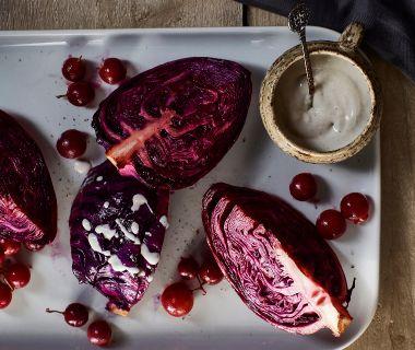 Gesmoorde rodekool met druiven en blauwekaasdressing