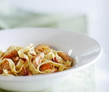 Tagliatelle met zalm, tomaat en basilicum-roomsaus