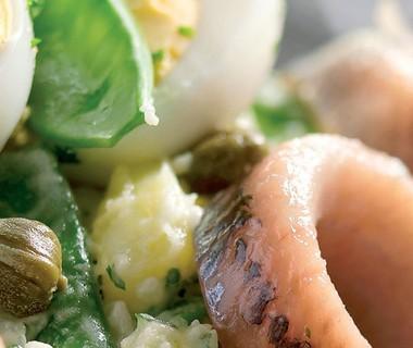 Aardappelsalade met haring en peultjes