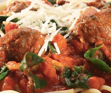 Spaghetti met gehaktballetjes, bladspinazie en Parmezaanse kaas