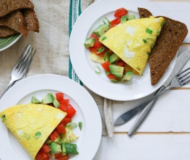 Omelet met tomaten-avocadosalsa