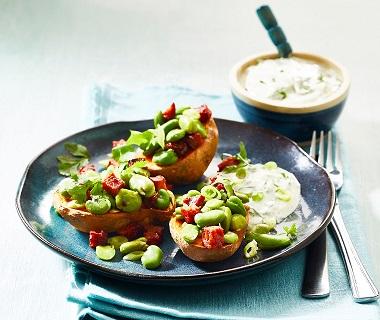 Zoete aardappel met geroerbakte tuinbonen en chorizo