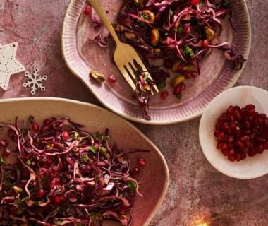 Rodekoolsalade met granaatappel