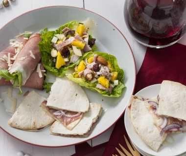 Schuitje van sla met frisse hamsalade