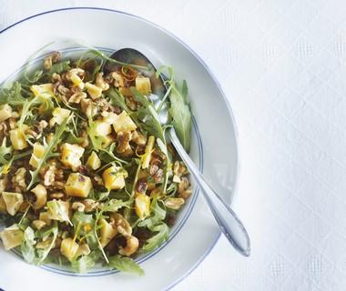Salade met oude kaas, blanke rozijnen, honing en noten