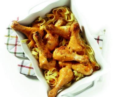 Drumsticks in pesto-roomsaus met pasta