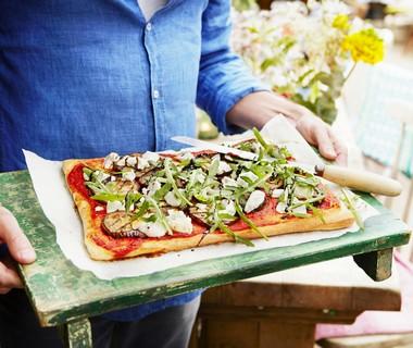 Plaatpizza met aubergine, geitenkaas en balsamico
