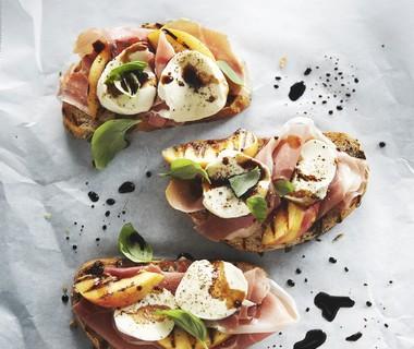 Bruschetta met rauwe ham, perzik en mozzarella