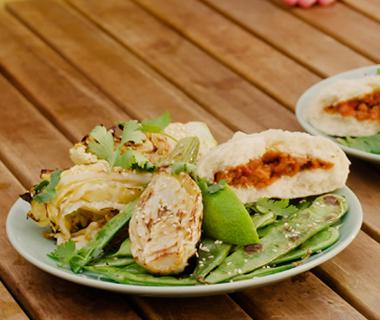 Aziatische groene gegrilde groenten salade (van de BBQ)