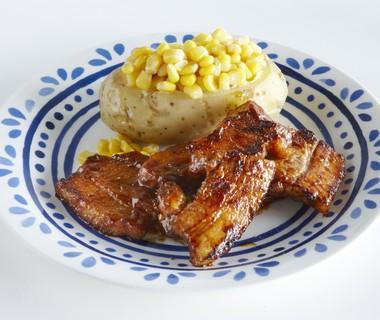 Sticky bacon met gepofte aardappel en maïs