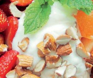 Zomerse salade met aardbeien en meloen