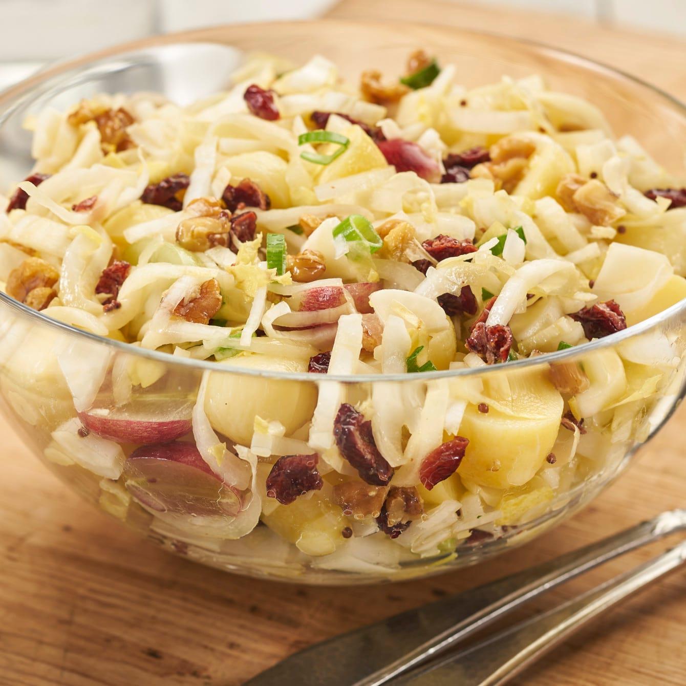 Witlof-aardappelsalade met cranberries en noten