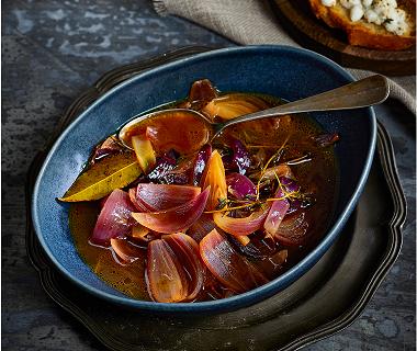 Rode-uiensoep met balsamico en geitenkaascrostini