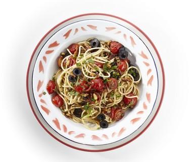 Spaghetti met walnoten, tomaat en olijven