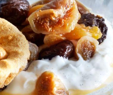 Yoghurthangop met vanille en gedroogd fruit
