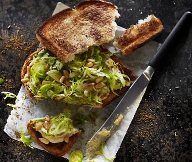 Spruitensandwich met hummus en koriander