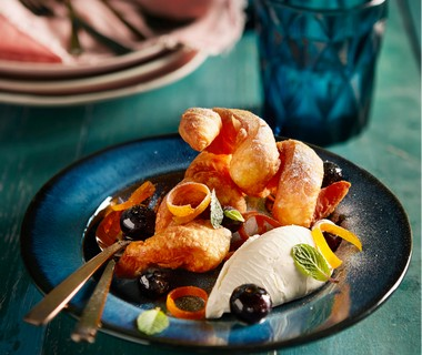 Gefrituurd croissantdeeg met blauwe bessen