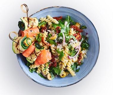 Courgettespiesjes met zalm en pastasalade