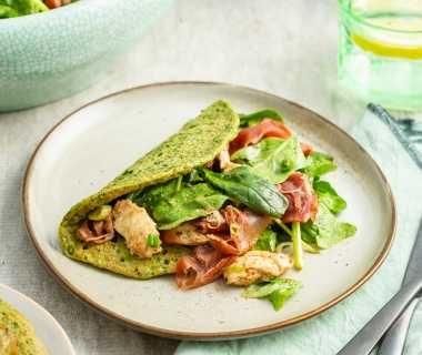 Spinazie omeletten met een Italiaanse salade