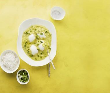 Curry-eieren in kokossaus