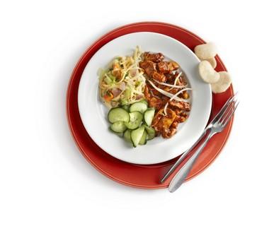 Hete kip met kroepoek en komkommer