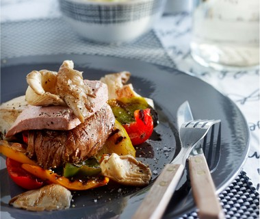 Biefstuk met paprika, paté en paddenstoelen