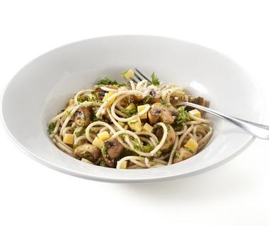 Spaghetti met paddenstoelen, kaas en kruiden