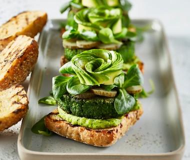 Groenteburger met korianderhummus en avocado