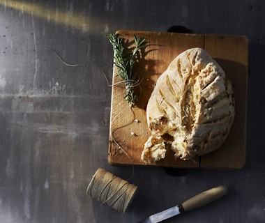 Franse platbroodjes met spek en rozemarijn