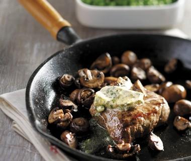Biefstuk met paddenstoelen en ansjovisboter