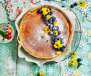 Citroentaart met blauwe bessen en rozemarijn