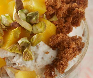 Kruidkoekmousse met mango en pistache