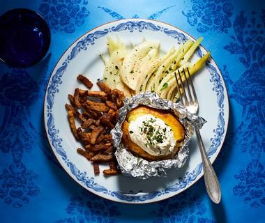 Gepofte aardappel met geitenroom, lamsreepjes en gesmoorde venkel