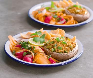 Gevulde portobello met gebakken rijst en radijs-wortelsalade