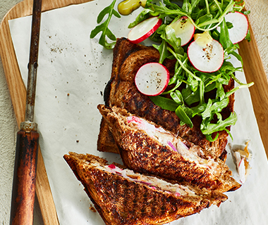 Tosti met makreel en radijsspread