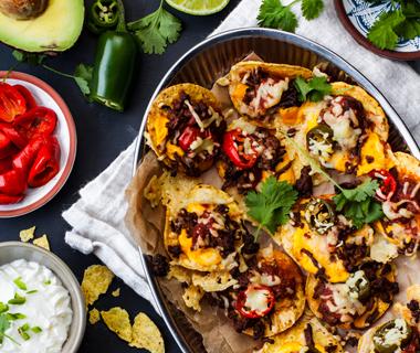 Nachoschotel met vegetarisch gehakt, kaas en guacamole