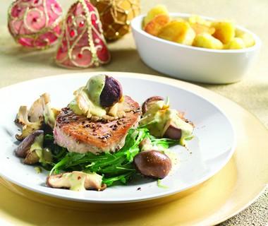 Geschroeide tonijn met rucola, paddenstoelen en truffel-aioli
