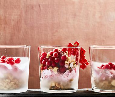 Frozen yoghurt met aalbessen en granola