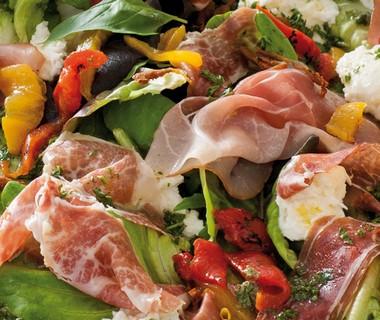 Salade met ham, buffelmozzarella en dressing van René Pluijm